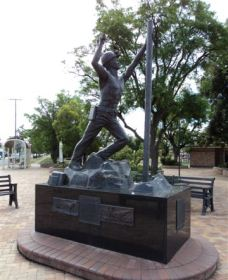 Miners Memorial Statue - Accommodation Cooktown