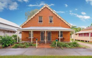 Eliza 1875 Red Brick Duplex Townhouse - Accommodation Cooktown